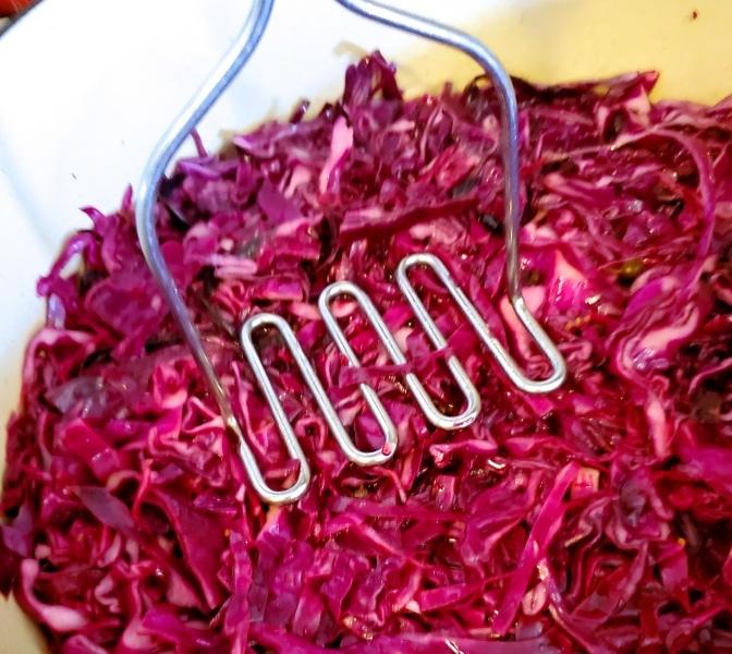 Pressing the cabbage into the prepared pickling brine